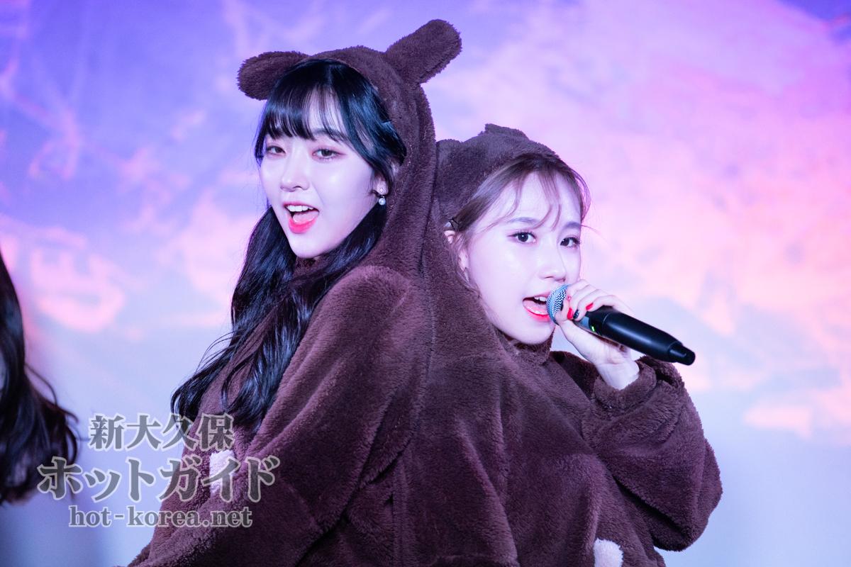 クマの衣装を着たガウル(左)とセビン(右)