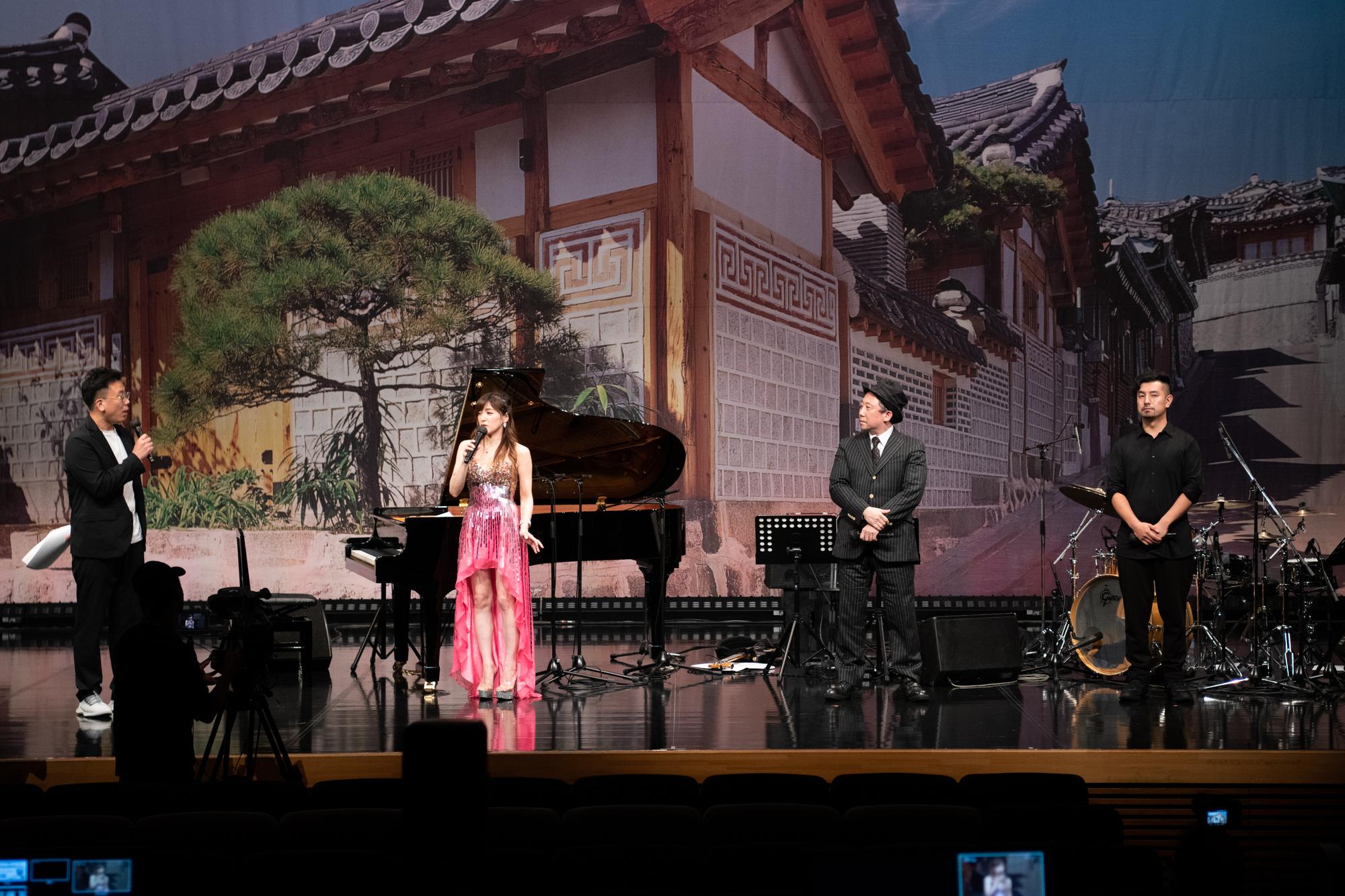 左から)MC 古家正亨 / 高木里代子(ピアノ) / 塩田哲嗣(ベース) / 山内陽一朗(ドラム)