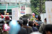 日韓友好東京パレードで差別反対、沈没事故への祈りも