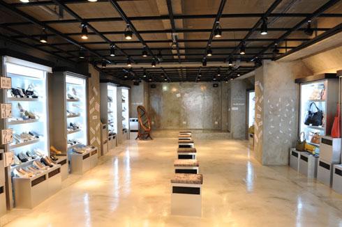 2階には新大久保でも珍しい韓国ブランドの靴やカバンコーナー