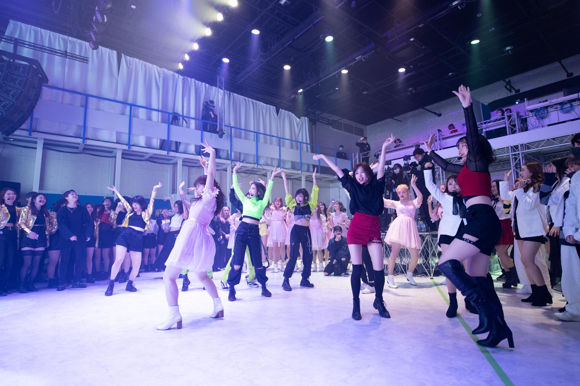 DJタイムに「ランダムダンス」を楽しむ参加者たち